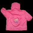 Kislány rózsaszín esőkabát.